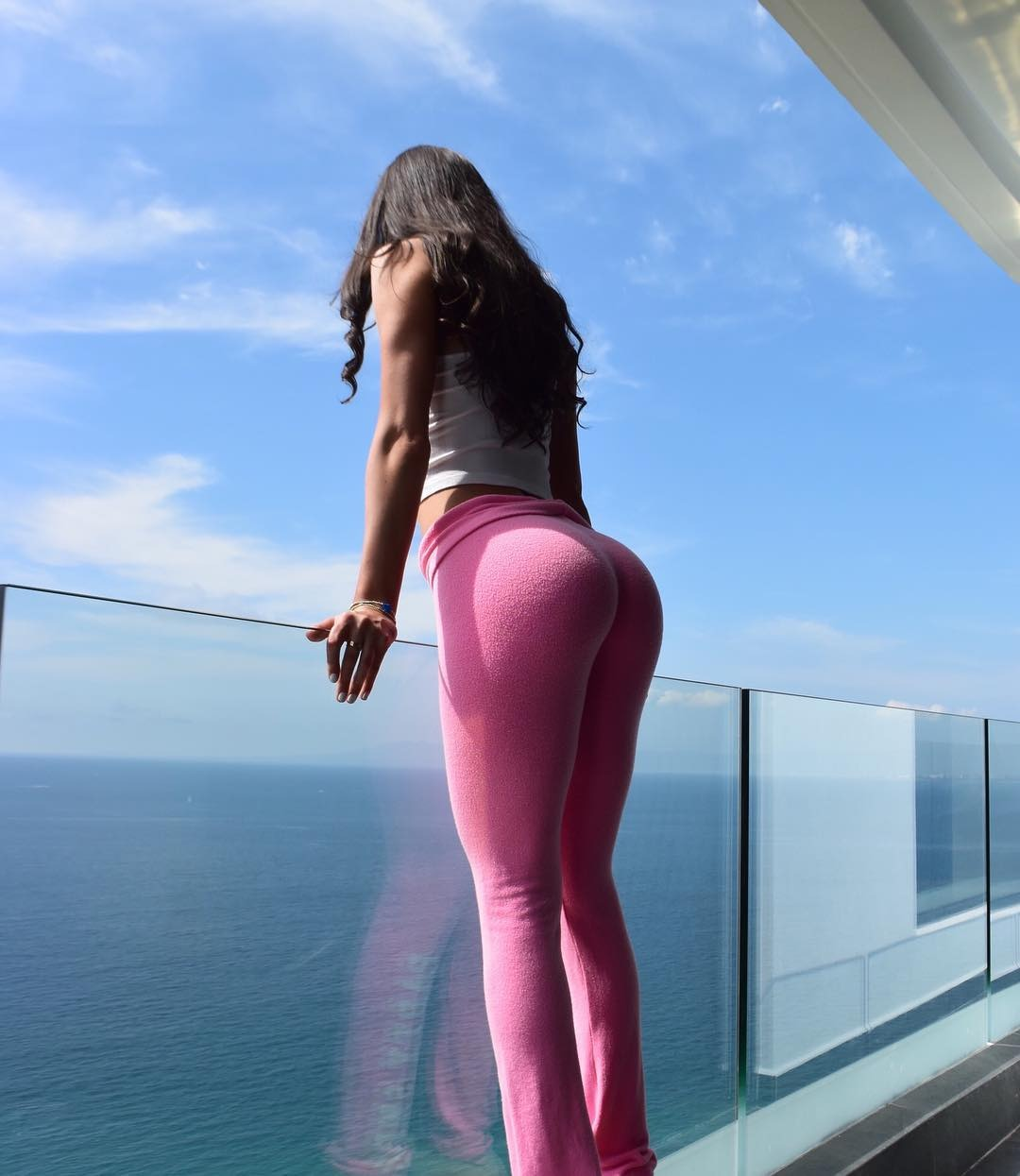 Paola Sexy ass in yoga pants